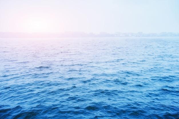 Красивое голубое озеро в городе