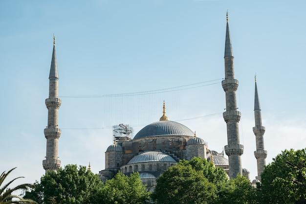 Красивая голубая мечеть султана ахмеда на фоне ясного неба.