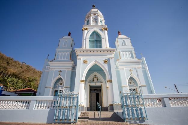 Красивая голубая горная церковь