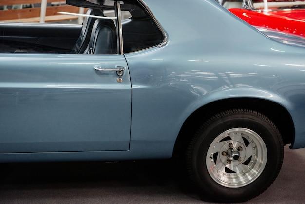 美しい青いレトロな車
