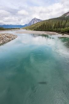 Красивая голубая река на аляске