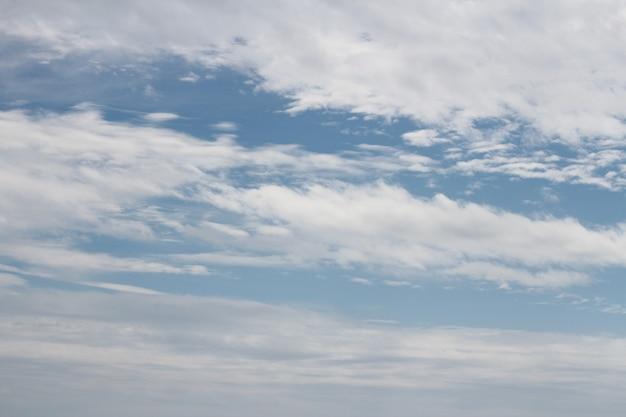 晴れた日の美しい青い空と美しい巻雲。バナー、背景、壁紙を使用できます。