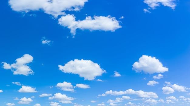아름다운 푸른 하늘과 일광 자연 배경으로 구름