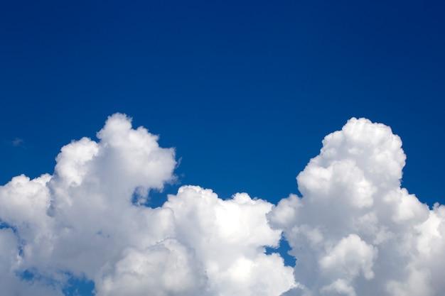 Красивое голубое небо и облака.