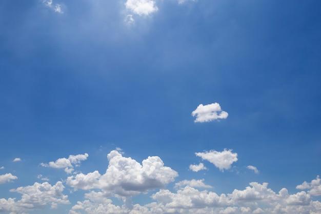 Красивое голубое небо и облака