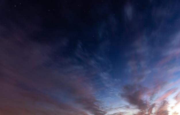 색상 전환이 있는 일몰의 아름다운 푸른 하늘