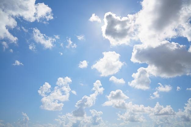 雲と美しい青い空を背景