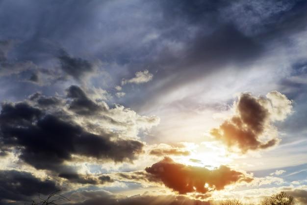 아름 다운 푸른 하늘 밝은 파란색, 주황색, 노란색 색상 일몰. 즉석 사진,