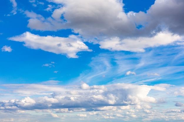 雲の背景と美しい青い空。空の雲。雲のある空天気自然雲青