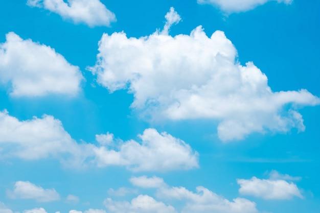 背景の雲と美しい青い空。美しい青い空。