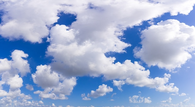雲と美しい青い空