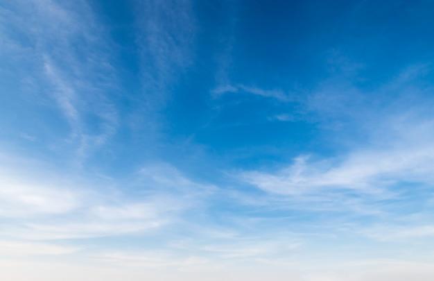 Красивое голубое небо с облачностью