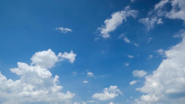 白い雲と美しい青い空、長い形式はバナー、背景、壁紙を使用できます