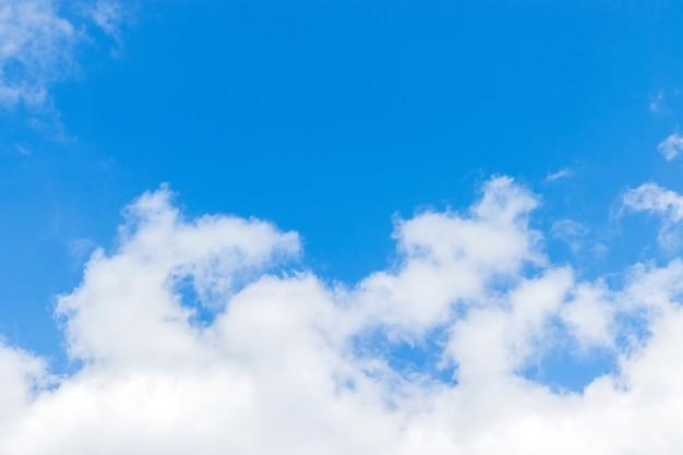 白い雲の背景と美しい青い空