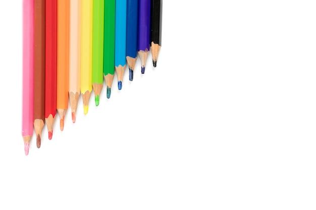 美しい鈍い色鉛筆は、すぐに使えるように一緒に配置されています、それは白い背景の上にあります。