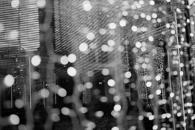 디자인에 대 한 아름 다운 bokeh 배경입니다. 크리스마스 박람회. 옥외 상점 창문의 조명