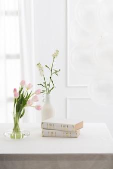 美しい本とテーブルの上の花