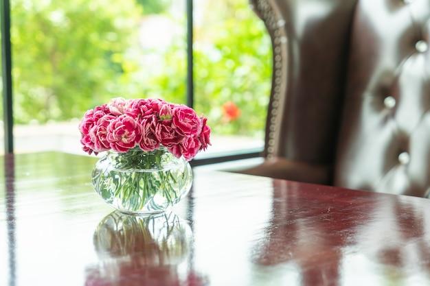 テーブルの上の花瓶に美しい花束の花