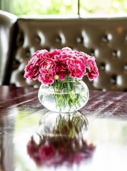 테이블에 꽃병에 아름 다운 꽃다발 꽃
