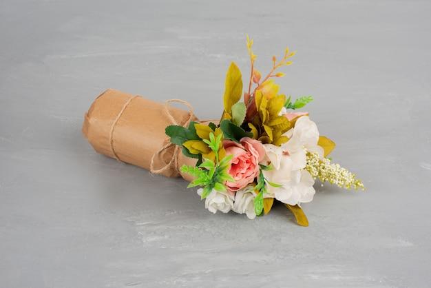 Bellissimo mazzo di fiori sul tavolo grigio.