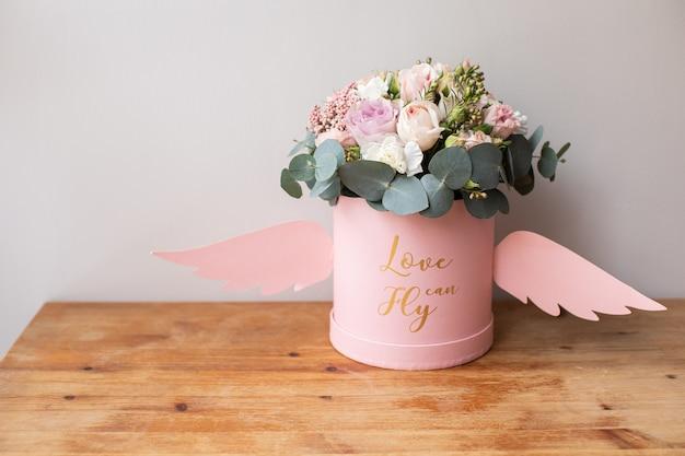 Красивый букет красивых цветов. работа флориста. доставка цветов.