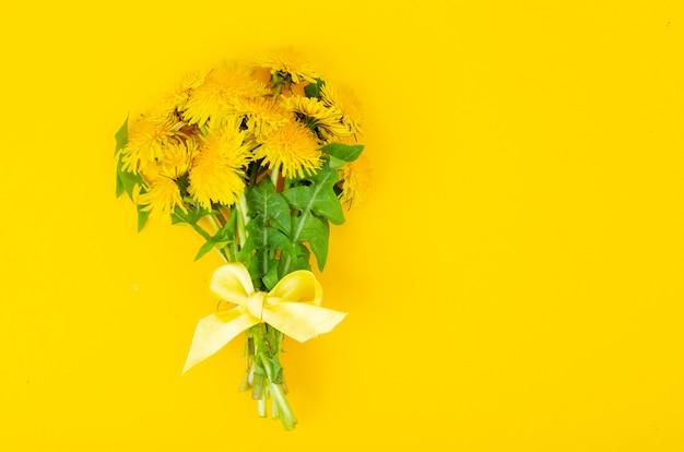 咲く黄色いタンポポの美しい花束。写真