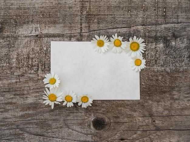 明るい花とメモ帳の美しい花束 Premium写真