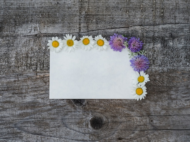 鮮やかな花とメモ帳の美しい花束