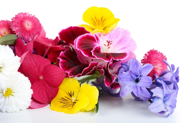 明るい花の美しい花束がクローズアップ