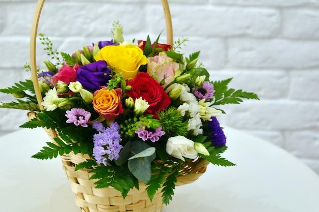 Красивый букет из разноцветных цветов в корзине