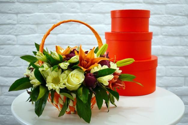 Красивый букет из разноцветных цветов в оранжевой корзине