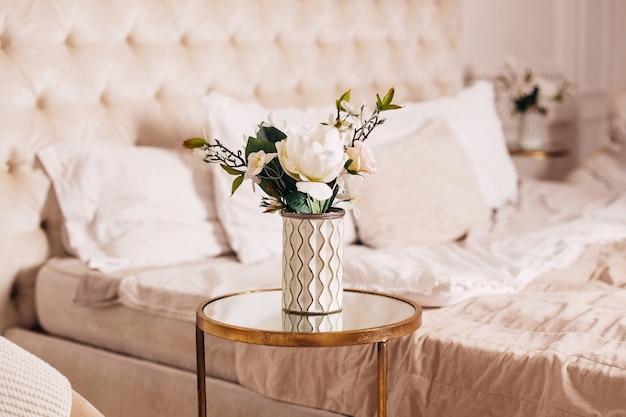 침실 배경에 있는 꽃병에 있는 아름다운 꽃다발