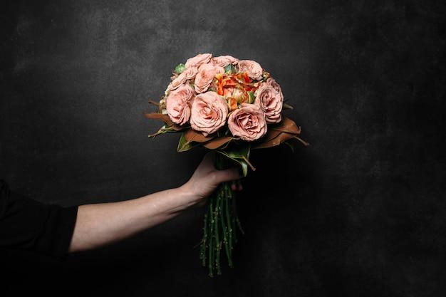 Красивый букет цветов на черном фоне