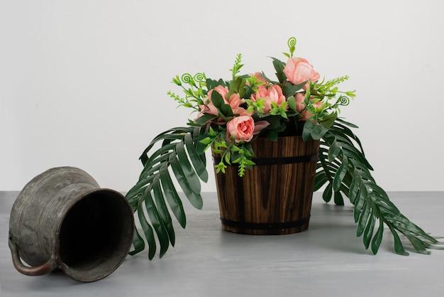Красивый букет цветов на сером столе