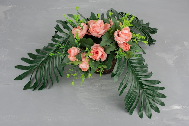 灰色のテーブルに花の美しい花束