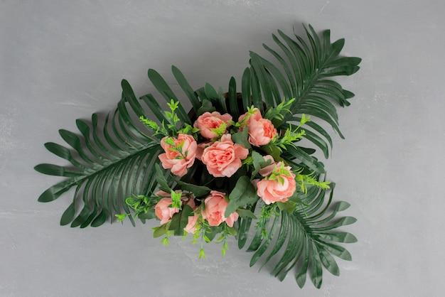 灰色のテーブルに花の美しい花束。