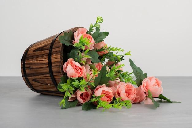 회색 테이블에 꽃의 아름 다운 꽃다발입니다.