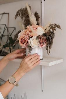 棚の上の花の美しい花束。自由奔放に生きるスタイルのインテリアデザイン。棚の上の装飾的な花。