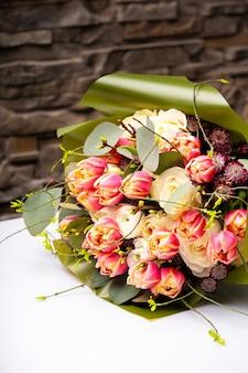 Красивый букет цветов на столе