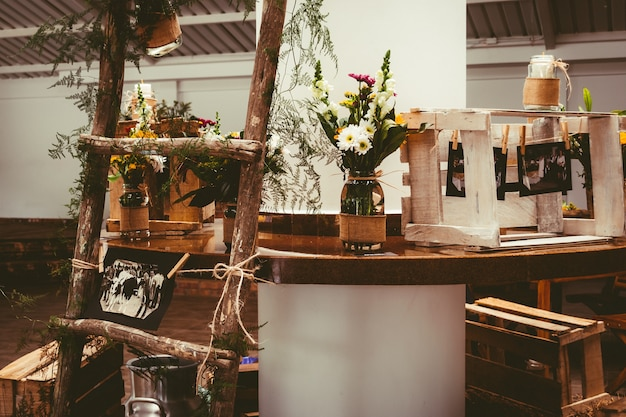 木製のテーブルの上の花の美しい花束