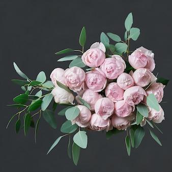 ピンクのバラと花の美しい花束。