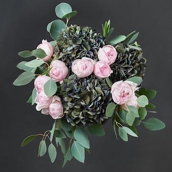 Красивый букет цветов с розовыми розами.