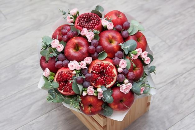 Красивый букет из фруктов и цветов