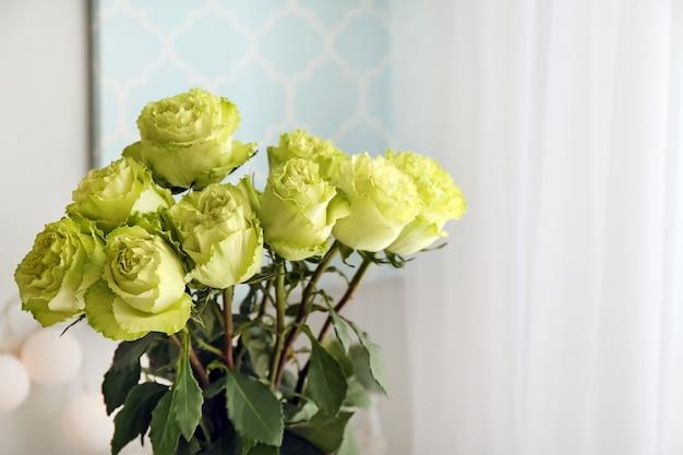 실내 녹색 장미의 아름다운 꽃다발