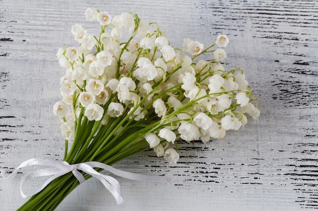 谷間のユリの美しい花束