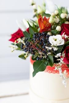 牡丹と混合花の美しい花束。花屋の仕事。花の配達