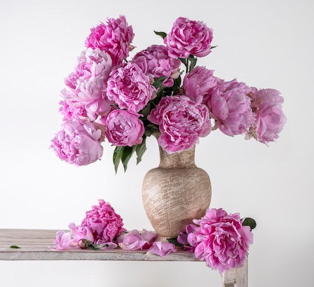 회색 배경에 꽃병에 분홍색 모란의 아름다운 꽃다발