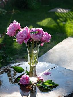 나무 테이블에 꽃병에 분홍색 모란의 아름다운 꽃다발