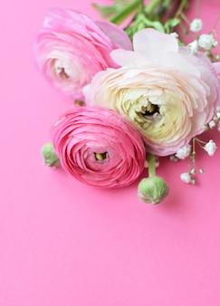 Красивый букет из розовых цветов ранункулюса