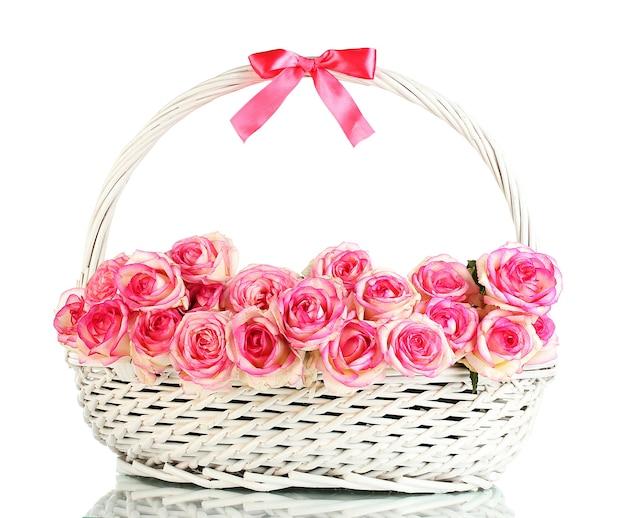 白で隔離のバスケットのピンクのバラの美しい花束
